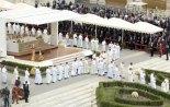 El Cardenal Tarcisio Bertone, celebró la Misa de Acción de Gracias en la Plaza de San Pedro ante una multitudinaria concurrencia.