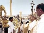 """""""Señora de América, Virgen pobre y sencilla, Madre amable y bondadosa, tú que eres motivo de esperanza y consuelo, ven con nosotros a caminar, para que juntos alcancemos la libertad verdadera en el Espíritu que te cubrió con su sombra; En Cristo que nació de tus entrañas maternas; en el Padre que te amó y te eligió como primicia de la nueva humanidad"""" rezó Juan Pablo II frente a la """"Morenita de Suyapa""""."""