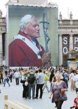 Desde el pasado lunes, una gran fotografía fue instalada en una de las columnatas de la Basílica de San Pedro, el tamaño, impresionante, al menos unos diez metros cuadrados.