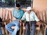 En las visitas los jóvenes comparten con abuelitos, y niños de los proyectos eclesiales que benefician a muchos hermanos.