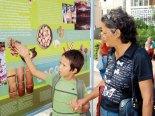 Esta abuelita muestra a su nieto los banets donde se da a conocer nuestra cultura.