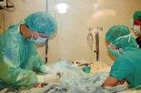 Médicos realizando el procedimiento de cateterismo a un pequeño de apenas cuarenta días de nacido.