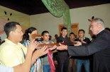Momento en que el Padre Shieffer entrega el bastón del buen pastor a los líderes de la Pastoral Juvenil.