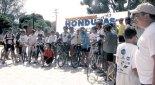 Ciclistas pedalean por la educacion del pais.