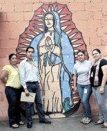 Voluntarios de la Pastoral Penitenciaria posaron junto a esta pintura de la Virgen María elaborada por un privado de libertad.