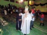 Saludando a todos los presentes partió Monseñor Bonello al final de la Santa Misa.