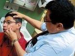 Momento en que el Doctor Morales evalúa a un paciente.