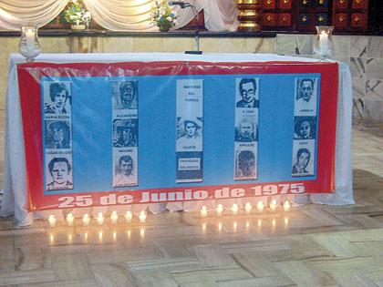 Altar dedicado a las 14 personas violentamente asesinadas el 25 de junio de 1975.