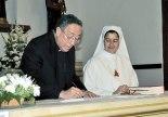 Momento en el que el Cardenal Óscar Andrés Rodríguez junto a la Superiora General, Lourdes Valdepeña, firmaron el documento.