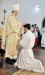El Arzobispo de Tegucigalpa realiza la Imposición de Manos al nuevo Diácono Williams Rodríguez.