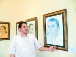 Maestro Daniel Rivera, mostrando algunos retratos.