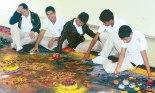 Estudiantes, explorando y desarrollando su imaginación con los elementos expuestos.