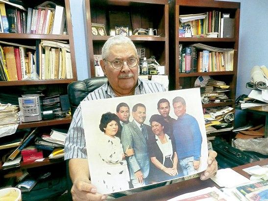 """Abogado, Roberto Ramírez  mostrando su mejor  imagen  """"Mi esposa es mi luz, y mis hijos mi todo, mi familia lo máximo""""."""