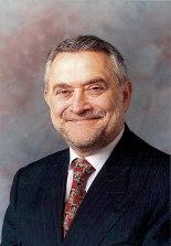 """Salvador Moncada, en  1990 recibió el Premio Príncipe de Asturias junto a Santiago Grisolía por """"el hallazgo de mecanismos biológicos hasta entonces desconocidos""""."""
