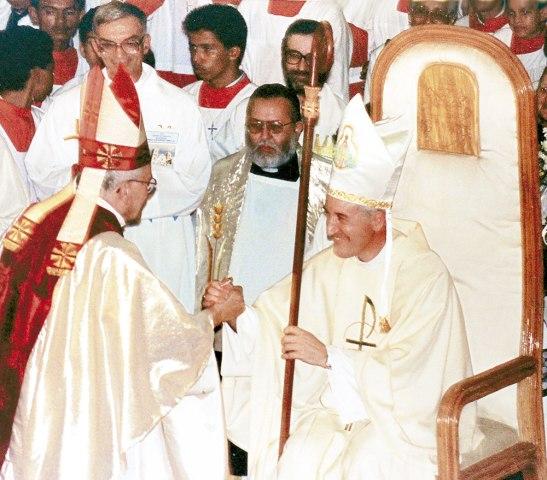 Un gesto de gozo. Monseñor Jaime Brufau expresa su alegría y confianza en manos de quien dejaba su rebaño.