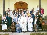 Monseñor Darwin junto al grupo de religiosos y religiosas que laboran en la Diócesis de Santa Rosa de Copán.