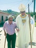 Monseñor Darwin junto al padre Angelito camino hacia la Iglesia.