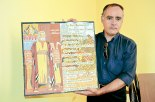 Adán Lizardo, nos muestra la pintura de Moisés y los diez mandamientos.