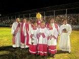 Monseñor Darwin junto a los párrocos, diácono permanente, seminarista y monaguillos.