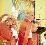 Monseñor Ángel Garachana y Monseñor Rómulo Emiliani, obispos cercanos al pueblo.