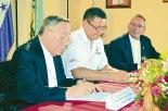 Momento en que se realizaba la firma del convenio.