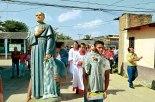 Procesión por las calles aledañas a la Iglesia Maximiliano Kolve.