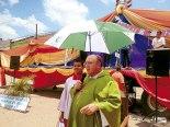 Monseñor José con su presencia se mostró como pastor recibiendo el mismo sol que recibio toda la feligresía.