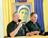 El  Cardenal Óscar Andrés Rodríguez, junto a Monseñor Juan José Pineda, mientras se hacían las conclusiones de esta asamblea.