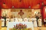 Mons. Àngel Garachana junto a los sacerdotes misioneros.