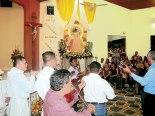 Al finalizar la Eucaristía, le llevaron serenata con conjunto de cuerdas, los padres Marlon Díaz y Jorge Castillo también le cantaron a la madre del Señor.