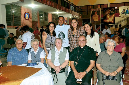 Diferentes generaciones de Pastoral Juvenil  de la parroquia San Juan Bautista junto a Sor Huguette.