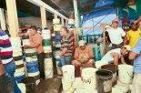 Cuando llega la cisterna a regalarles agua, los privados sacan todos los baldes para llenarlos.