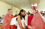 Momento en que esta joven de la mano de su padrino llegó para ser ungida por Monseñor Juan José Pineda.