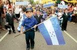 Con orgullo este pequeño porta la Bandera Nacional de Honduras.