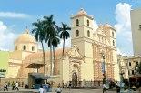 """La Catedral de Tegucigalpa, recientemente fue sometida a un gran proceso de restauración que ya concluyó, devolviendo al templo su color """"salmón original""""."""