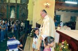 Por su gran labor y entrega, Monseñor Darwin se ha ganado el cariño hasta de los más pequeños.