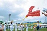 Damas de Casa de Oración elevaron un Rosario con globos.