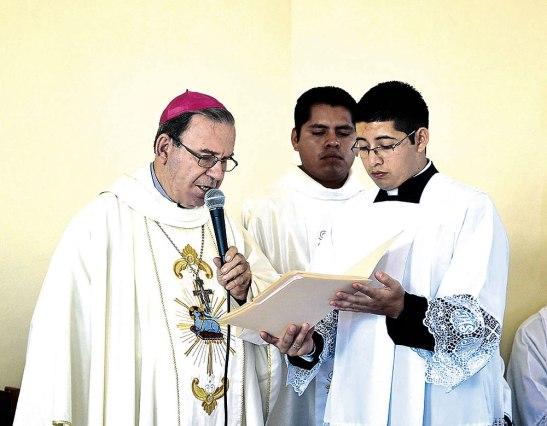 Monseñor Roberto  leyendo el decreto de la erección de la nueva parroquia.