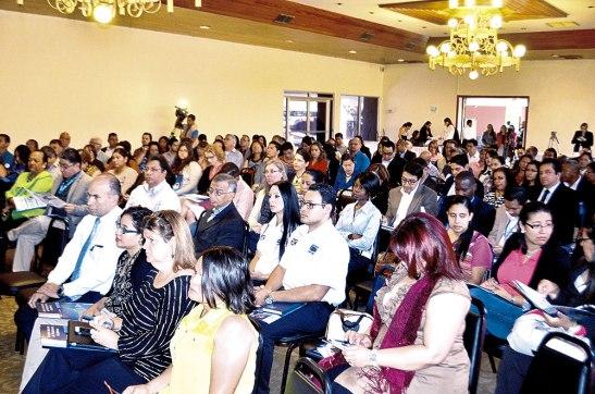 Muchas personas, en su mayoría maestros asistieron a la presentación del Informe Nacional de Rendimiento Académico 2014.