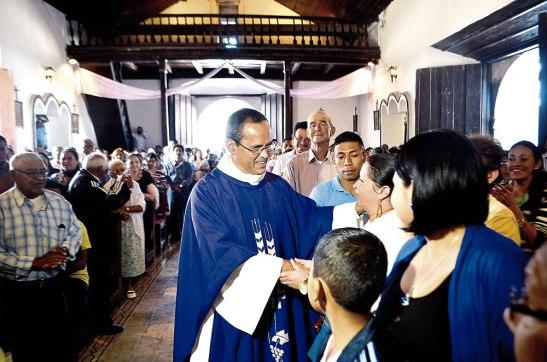 En un momento de la Eucaristía por la toma de posesión, Monseñor Pineda le pidió al padre Tony que se fuera al centro del Templo y abrazara a su nueva comunidad.
