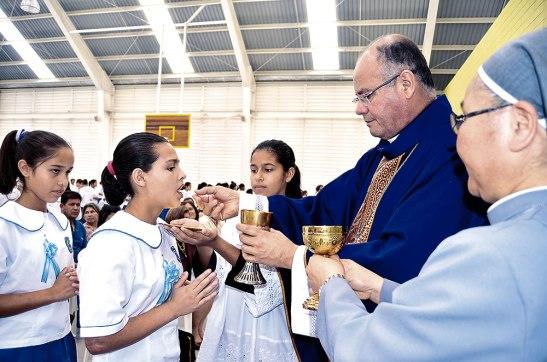 Varias de las niñas recibieron  el sacramento de la Primera Comunión.