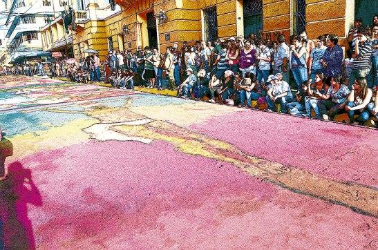 Muchas personas hacen un recorrido para apreciar las alfombras, que llenan de vida la avenida Cervantes.