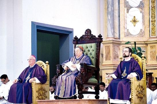 Cardenal Óscar Andrés Rodríguez Maradiaga, junto a Monseñor Lenihan y el padre Fredrik.