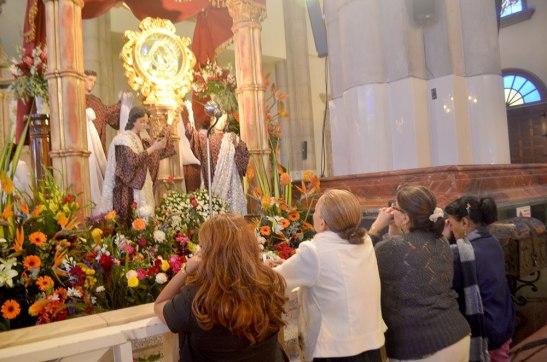 """Ella (María) atrae multitudes a la comunión con Jesús y su Iglesia, como experimentamos a menudo en los santuarios marianos"""" (DA 268)"""