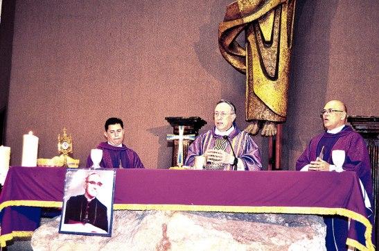 El Cardenal Rodríguez junto a los sacerdotes concelebrantes.