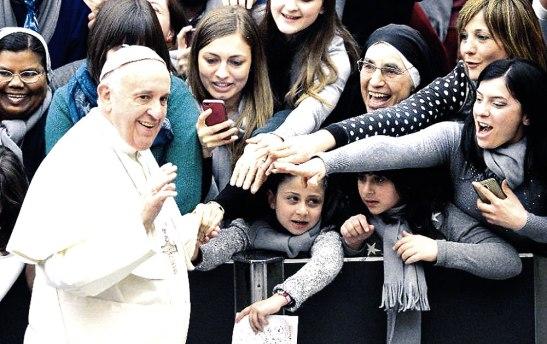 El papa elogió a las mujeres señalando que ellas trasmiten la capacidad de ver al mundo con ojos diferentes.