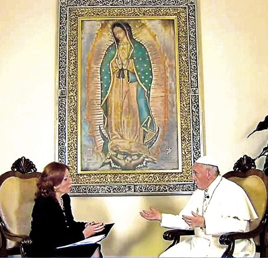 El papa durante la entrevista con la corresponsal de Televisa en el Vaticano, Valentina Alazraki,