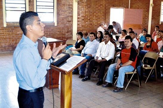 El joven Juan José Velásques del Ministerio Espada de Dios les brindó una de las charlas.