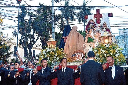 Este es el anda procesional del año pasado, la cual es cargada por la Asociación de Caballeros del Santo Entierro.