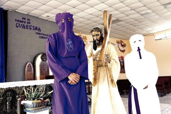 Los Nazarenos de San José Obrero utilizan el alba blanca para la procesión del silencio y la morada para el Vía Crucis y Santo Entierro. La capucha la usan para tratar de no resaltar en ese momento.